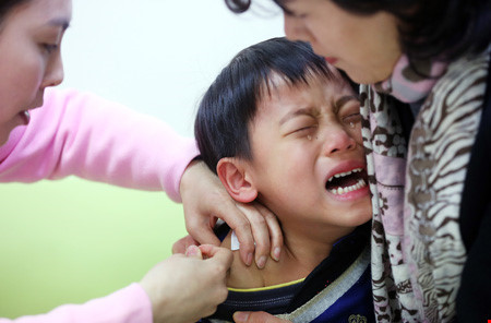 Cha mẹ Hàn Quốc đua nhau cho con tiêm 'mũi thông minh' - 1