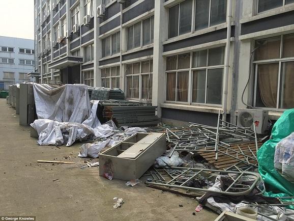 Nơi ở tồi tàn của công nhân sản xuất iPhone - 1