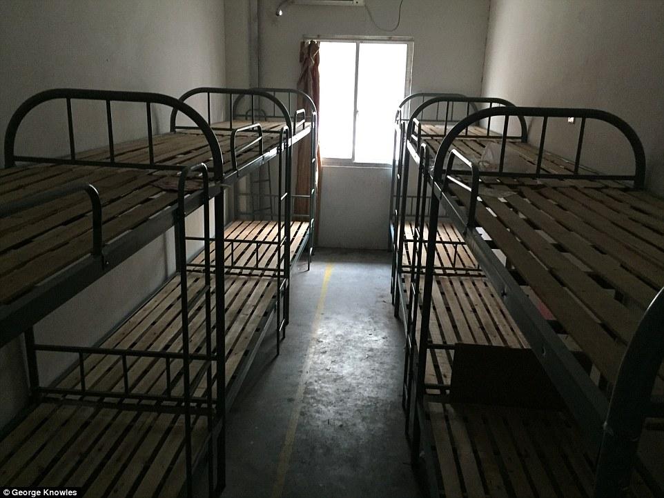 Nơi ở tồi tàn của công nhân sản xuất iPhone - 3