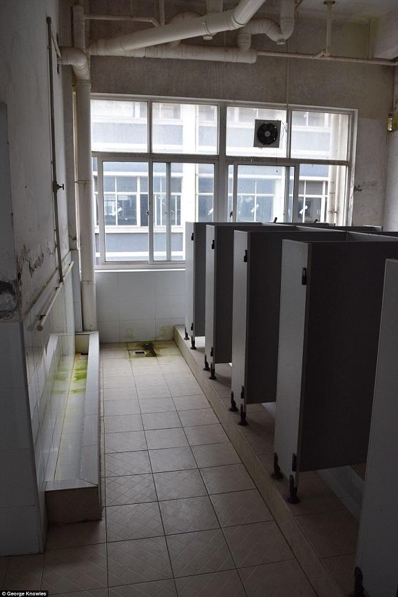 Nơi ở tồi tàn của công nhân sản xuất iPhone - 5