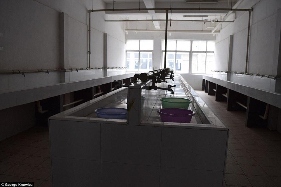Nơi ở tồi tàn của công nhân sản xuất iPhone - 4