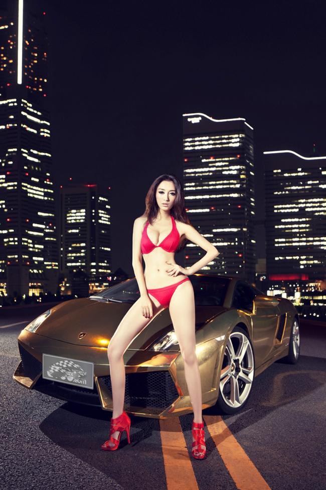 Bên chiếc Lamborghini Gallardo LP560-4 mạ vàng tuyệt đẹp, chúng ta có dịp chiêm ngưỡng hình thể vô cùng nóng bỏng của người đẹp.
