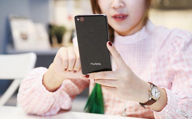 Vẻ đẹp trong sáng và tinh khôi của hotgirl Trung Quốc khi tạo dáng bên smartphone dễ khiến người xem bị hớp hồn.