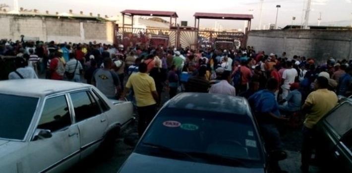 Đói ở Venezuela, nghìn người tràn vào siêu thị cướp bóc - 1