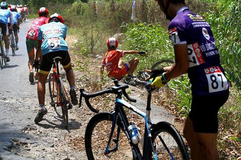 Xe đưa tang cán nát xe đạp vận động viên - 3