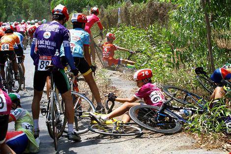 Xe đưa tang cán nát xe đạp vận động viên - 4