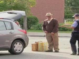 """Video hài: Ông già đỗ xe """"bá đạo"""" nhất thế giới"""
