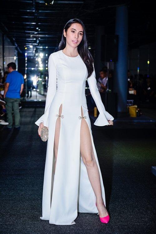 Choáng với chiếc váy quá táo bạo của Thủy Tiên - 2