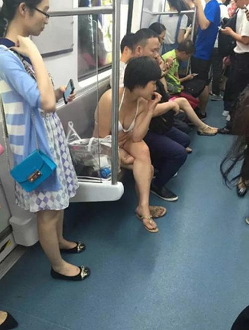 """Người phụ nữ mặc bikini đi tàu điện ngầm gây """"sốc"""" - 2"""