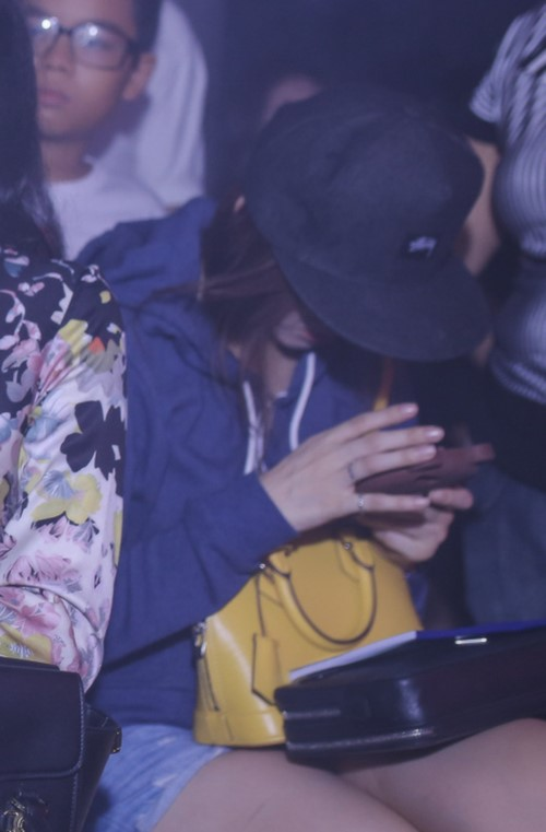 Hari Won khiến fan khó hiểu với hành động che mặt - 1