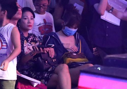 Hari Won khiến fan khó hiểu với hành động che mặt - 3