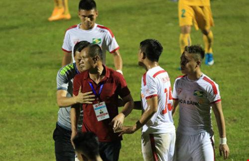 Vòng 10 V-League: SL Nghệ An vừa đá vừa run - 1