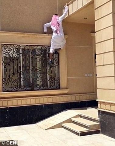 """""""Người nhện"""" Ả Rập trèo nhà 3 tầng trong 20 giây - 1"""