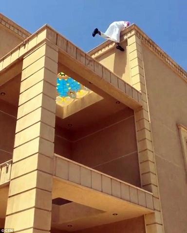 """""""Người nhện"""" Ả Rập trèo nhà 3 tầng trong 20 giây - 2"""