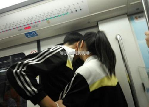 Cặp đôi học sinh ôm ấp, hôn hít nhau trên tàu điện ngầm - 1