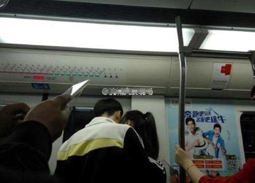 Cặp đôi học sinh ôm ấp, hôn hít nhau trên tàu điện ngầm - 4
