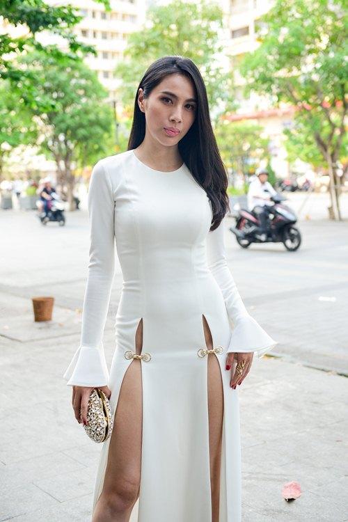 """4 mẫu váy cắt xẻ """"gây bão"""" của Thủy Tiên - 1"""