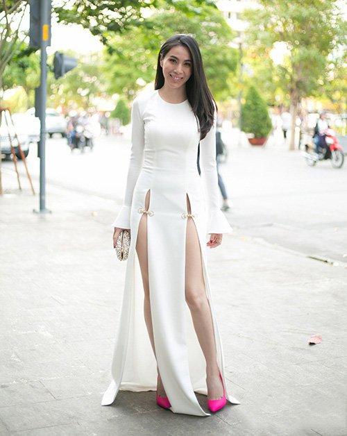 """4 mẫu váy cắt xẻ """"gây bão"""" của Thủy Tiên - 2"""