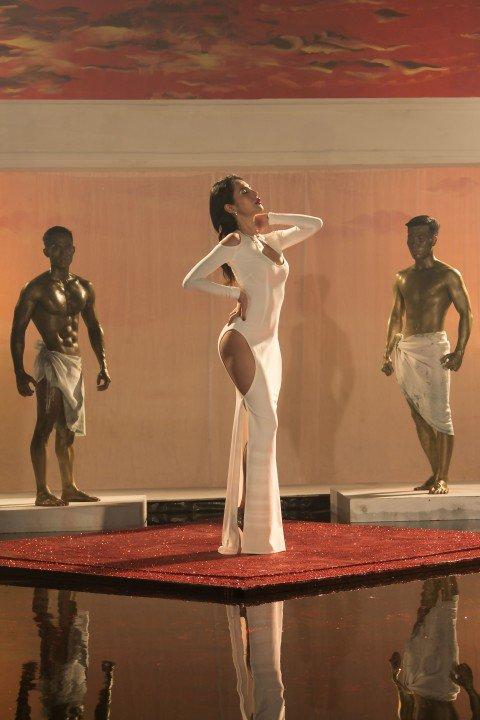 """4 mẫu váy cắt xẻ """"gây bão"""" của Thủy Tiên - 3"""