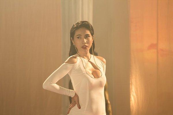 """4 mẫu váy cắt xẻ """"gây bão"""" của Thủy Tiên - 4"""