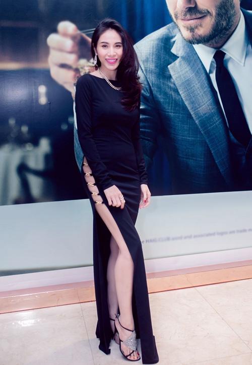 """4 mẫu váy cắt xẻ """"gây bão"""" của Thủy Tiên - 7"""
