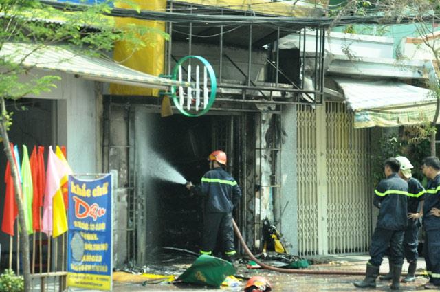 """TPHCM: Thanh niên """"ngáo đá"""" châm lửa đốt cửa hàng gas - 1"""