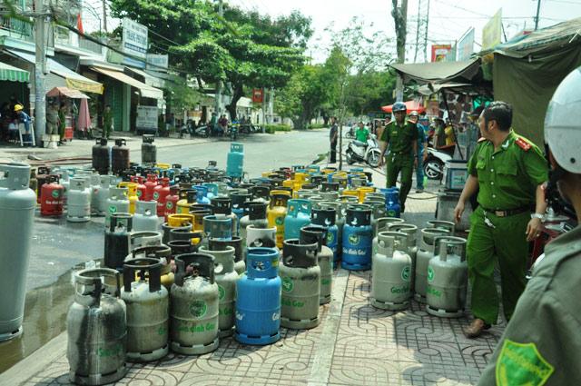 """TPHCM: Thanh niên """"ngáo đá"""" châm lửa đốt cửa hàng gas - 3"""