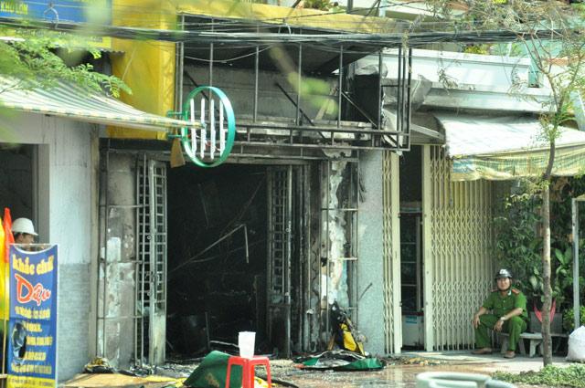 """TPHCM: Thanh niên """"ngáo đá"""" châm lửa đốt cửa hàng gas - 5"""