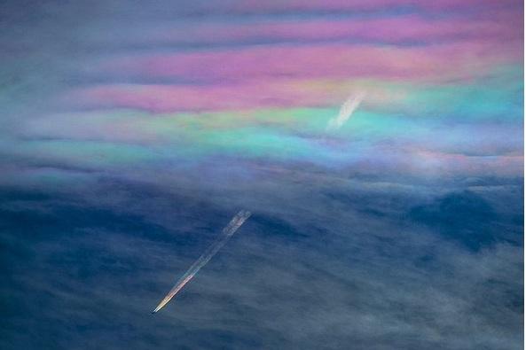 Nhật: Máy bay xuyên mây cầu vồng tạo cảnh tượng kỳ thú - 1