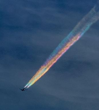 Nhật: Máy bay xuyên mây cầu vồng tạo cảnh tượng kỳ thú - 2