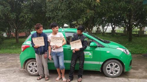Kỳ lạ: 3 tên cướp taxi cười sằng sặc khi bị bắt - 1