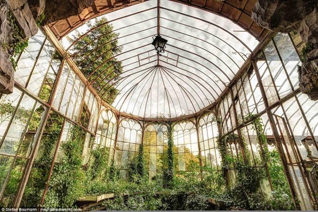 Nhiếp ảnh gia Baumann đã ghi lại hình ảnh về những công trình bỏ hoang như nhà thờ, biệt thư, nhà kính hay công viên nước tại Italia, Đức, Pháp, Bỉ và Áo