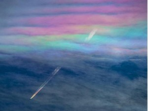 Thế giới - Nhật: Máy bay xuyên mây cầu vồng tạo cảnh tượng kỳ thú