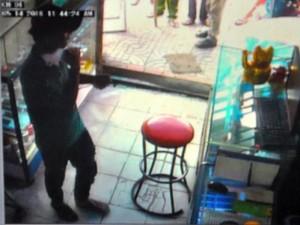 Tin tức trong ngày - 5 phút hãi hùng đối diện thanh niên ngáo đá đốt cửa hàng gas