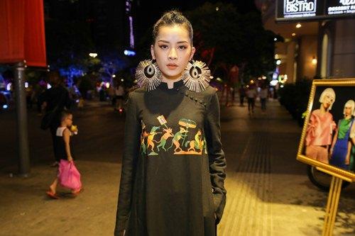 Chi Pu đeo trang sức cồng kềnh đi xem thời trang - 1