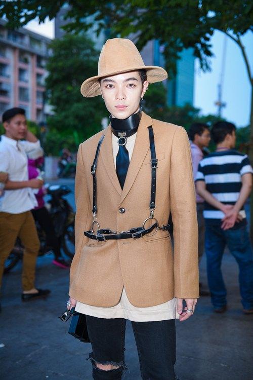 Chi Pu đeo trang sức cồng kềnh đi xem thời trang - 4