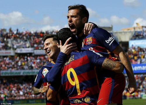 Ảnh: Barca vỡ òa ngày vượt mặt Real, xưng bá Liga - 9