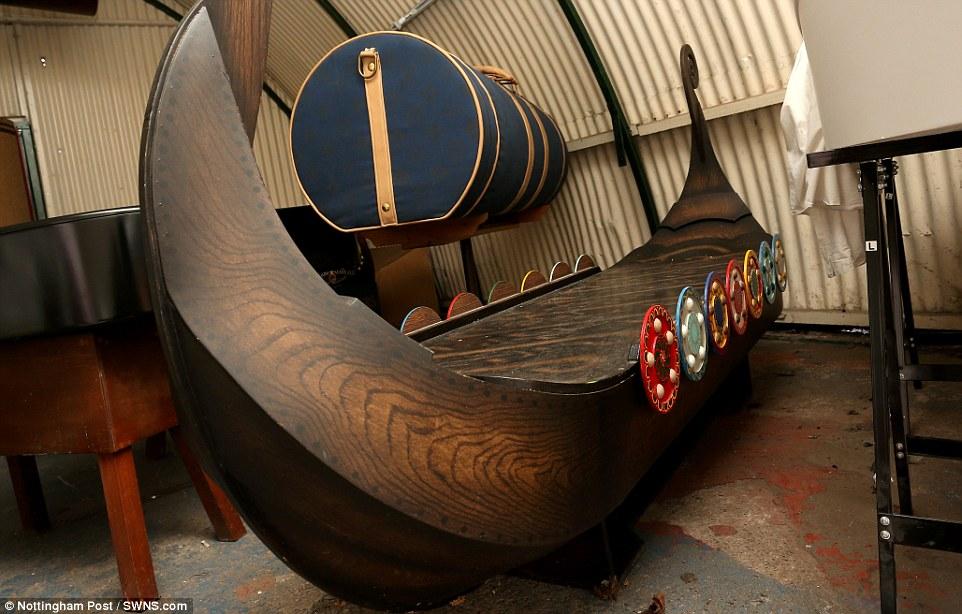Dân Anh đua nhau đặt quan tài hình siêu xe, tàu cướp biển - 3