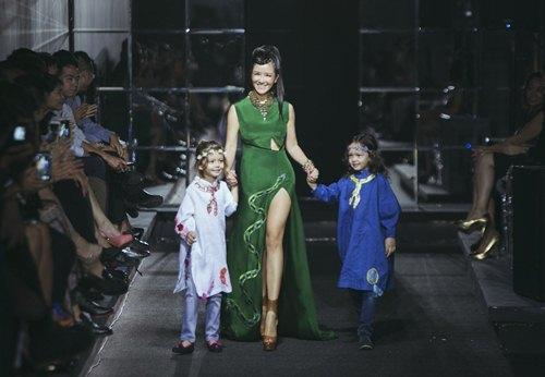 Diva Hồng Nhung lần đầu cùng 2 con gái diễn thời trang - 1