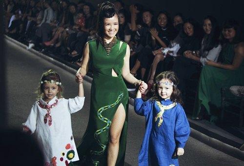 Diva Hồng Nhung lần đầu cùng 2 con gái diễn thời trang - 2