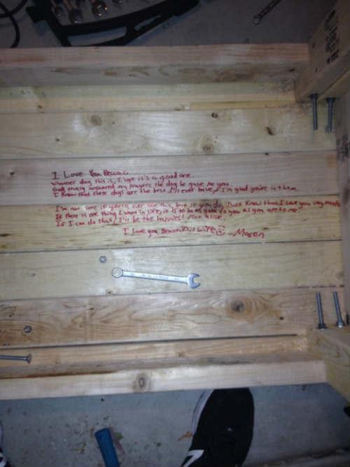 Thông điệp bí mật trên chiếc bàn cũ của cha dành cho mẹ - 1