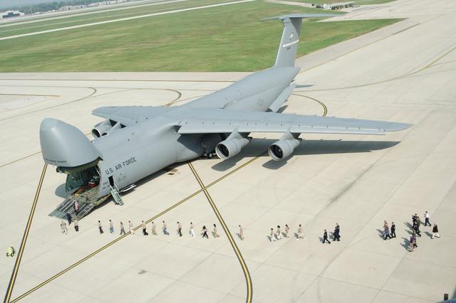 """Ngắm """"nhà kho bay"""" lớn nhất quân đội Mỹ - 1"""