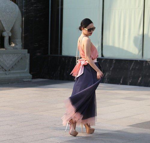Chân dài Việt sành điệu khi đi xem thời trang - 14