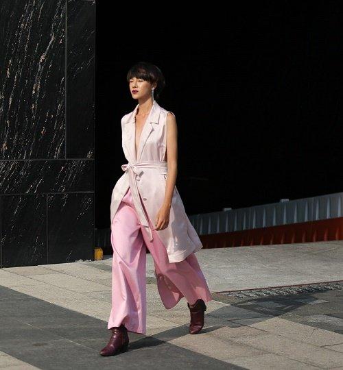 Chân dài Việt sành điệu khi đi xem thời trang - 15