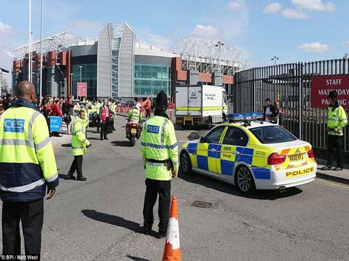Old Trafford sơ tán, SAO MU hoảng sợ - 1
