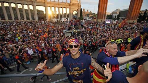 """Barca ăn mừng rầm rộ: Xứ Catalunya muốn """"vỡ tung"""" - 11"""