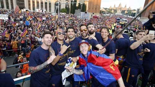 """Barca ăn mừng rầm rộ: Xứ Catalunya muốn """"vỡ tung"""" - 12"""