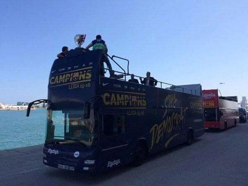 """Barca ăn mừng rầm rộ: Xứ Catalunya muốn """"vỡ tung"""" - 3"""