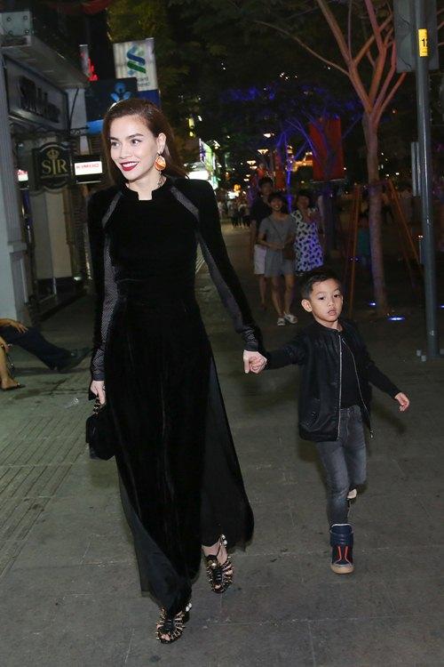 Hồ Ngọc Hà dẫn con trai Subeo đi xem thời trang - 1