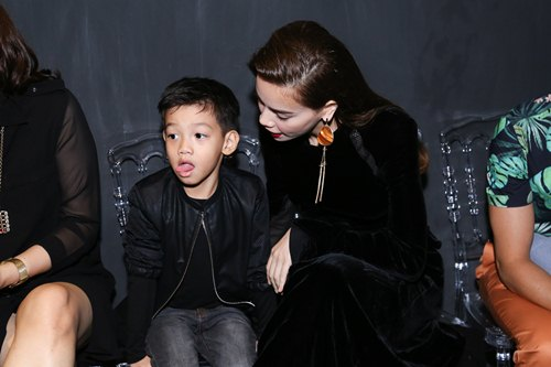 Hồ Ngọc Hà dẫn con trai Subeo đi xem thời trang - 3